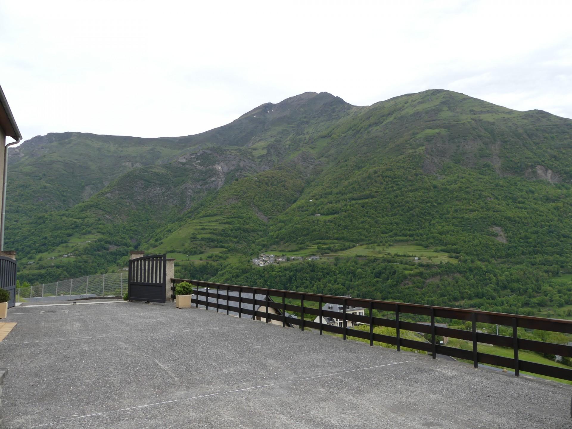 App 1 parking et vue sur la montagne